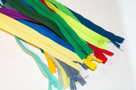 elementos de protección personal: en un fondo blanco cremalleras de colores