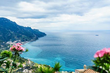vista increíble de Villa Rufolo, pueblo de Ravello, costa de Amalfi, en el día nublado del sur, Italia.