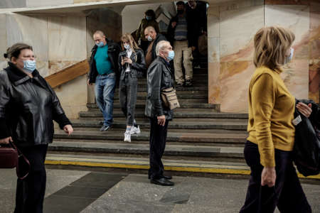 Moscow. Russia. October 5, 2020 People passengers with protective masks on their faces inside the metro station descend the stairs. Preventive measures to protect against coronavirus 新聞圖片