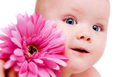 baby gesicht: Portr�t des sch�nen M�dchens mit Blumen