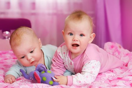 gemelos ni�o y ni�a: Retrato de dos ni�os en la habitaci�n de color rosa