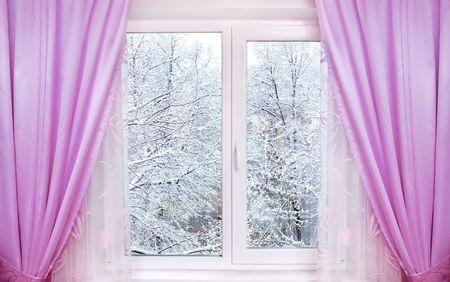 Fenster mit Rosa Vorhänge und Winter Blick dahinter