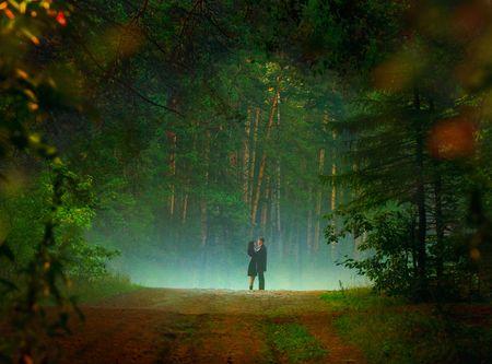 bella immagine della giovane coppia dating nella foresta