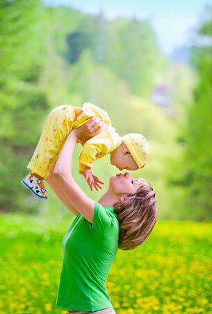 Mutter mit Kind spielen im park