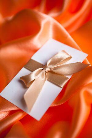 envelope decoration: Carta con la cinta dorada en rojo satinado  Foto de archivo