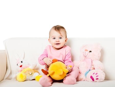Sweet petite fille assise sur le canapé
