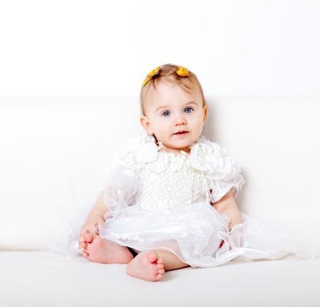 sweet baby girl: Dulce ni�a sentado en el sof�