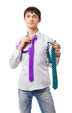 handsome student: joven elige vincular aislada sobre fondo blanco