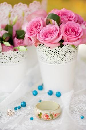 用花装饰的美丽的婚礼桌