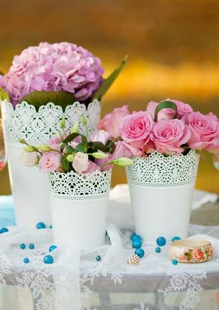 꽃으로 장식 된 아름다운 웨딩 테이블