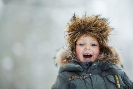 ropa invierno: Retrato de ni�o feliz en el sombrero de invierno Foto de archivo