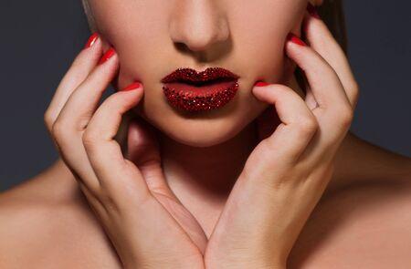 labios sensuales: Primer plano de la imagen de los labios con cristales Swarovski Foto de archivo