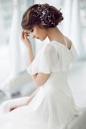 vistiendose: Retrato de mujer hermosa en el vestido blanco Foto de archivo