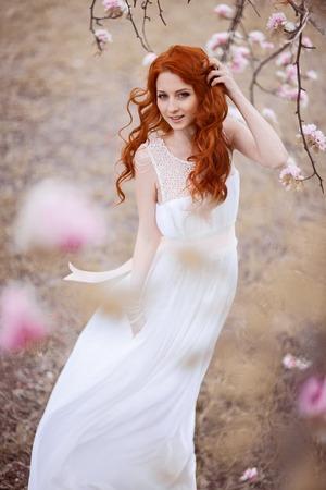 foxy girls: Bella ragazza sotto la fioritura rosa melo