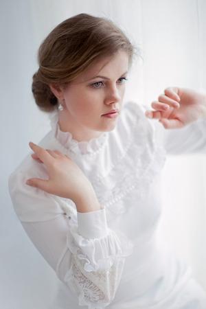 白い背景の上に歴史的なドレスで美しい女性 写真素材