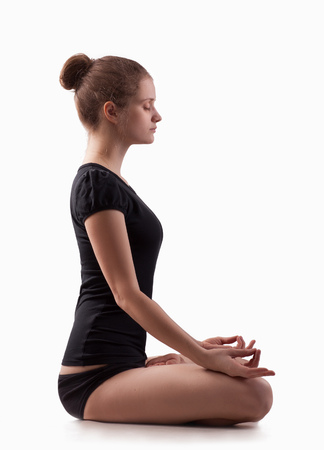 ejercicio aeróbico: Mujer joven a yoga en el piso Foto de archivo