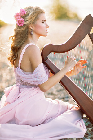 arpa: Mujer hermosa con el arpa