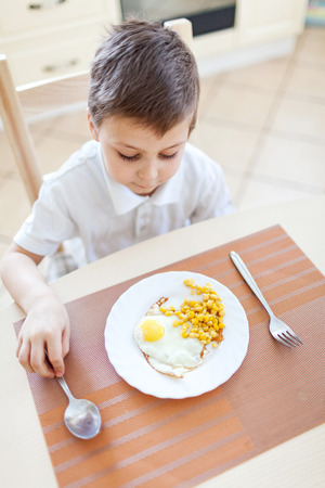 omlet: Portrait of boy with his breakfast