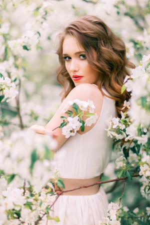 femme romantique: Portrait de la belle femme dans le parc de floraison