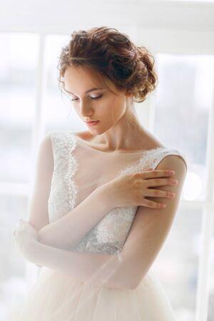 Portrait de jeune mariée dans une belle robe Banque d'images
