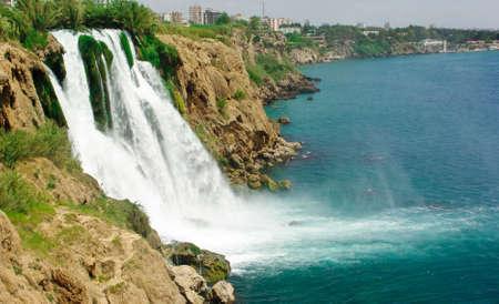 Water val in de Duden rivier in Antalya, Turkije  Stockfoto