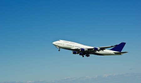 Flying jumbo jet kort na het opstijgen