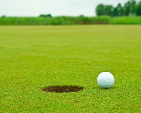 Golfbal zeer dicht bij het gat