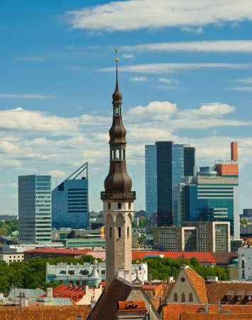 Tallinn stadshuis met wolkenkrabbers op achtergrond