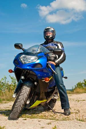 casco moto: Motociclista en moto de deporte en día soleado