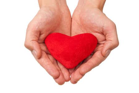 Rood hart in man handen die op wit worden geïsoleerd. Stockfoto