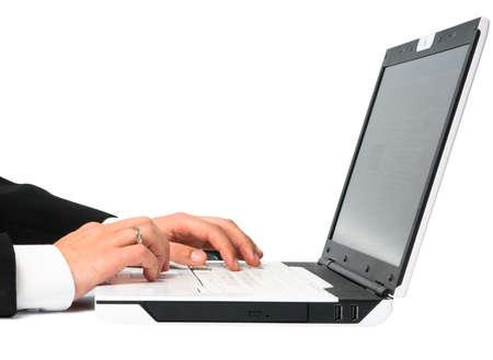 Man in pak werken op notebook
