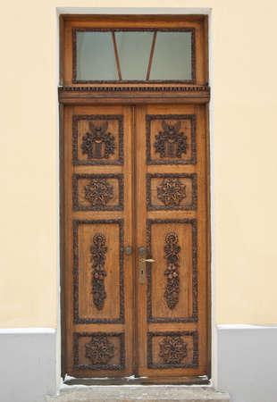 door bolt: Antigua puerta de madera en estilo barroco Foto de archivo