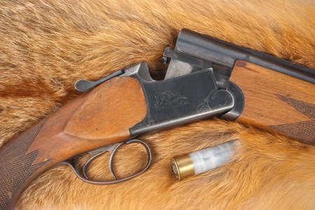 gun shell: Escopeta con shell en pieles Foto de archivo