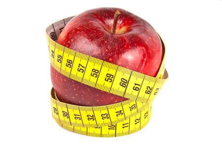 Gele meetlint rond verse rode appel geïsoleerd op wit Stockfoto