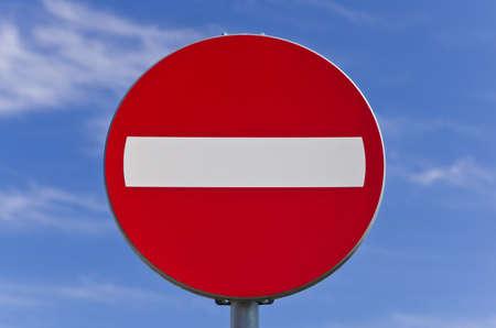 no entrance: Ning�n signo de carretera de entrada en el cielo azul