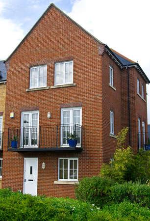 fachada de casa: Casa t�pica inglesa de ladrillo rojo Foto de archivo