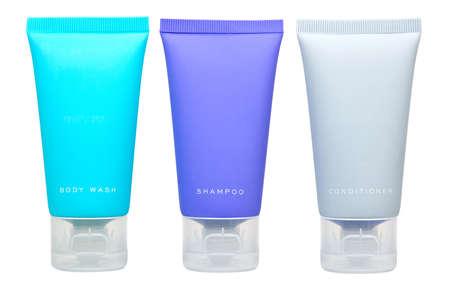 Body lotion, shampoo en conditioner in tubes op wit wordt geïsoleerd