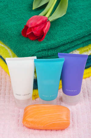 productos de aseo: Art�culos de tocador colocadas sobre una toalla de color rosa