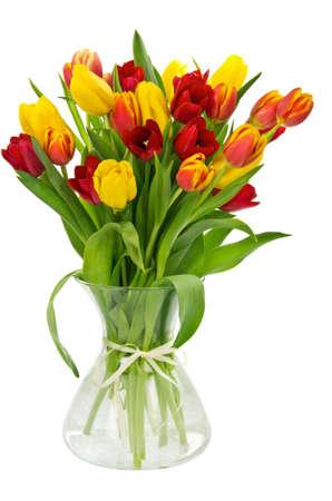 Kleurrijke verse tulpen in vaas op wit wordt geïsoleerd