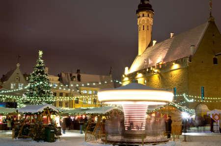 Kerstmarkt in de schemering in Tallinn, Estland
