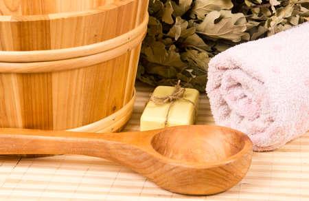 Sauna houten accessoires, eiken bezem en een handdoek
