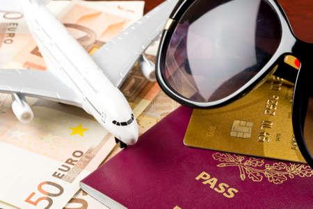 Reizen concept met geld documenten en zonnebrillen