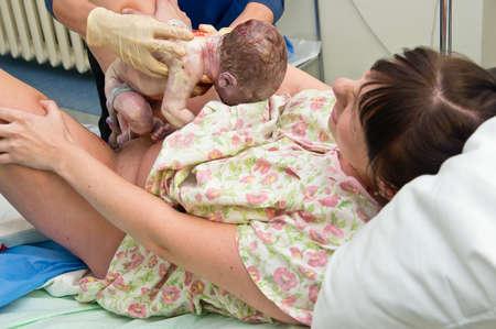 nacimiento: Mujer joven que da a luz en el hospital de maternidad Foto de archivo