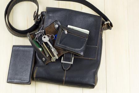 Lederwaren voor heren. Een set lederen herenaccessoires, een tas, een paspoorthoes, een portemonnee, een handtas, een sleutelhangergeval op een lichte achtergrond Stockfoto