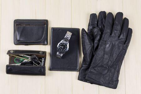 Heren lederen dingen. Een set lederen goederen, een tas, een sleutelkoffer, een documenthoes, een portemonnee, handschoenen, een horloge Stockfoto