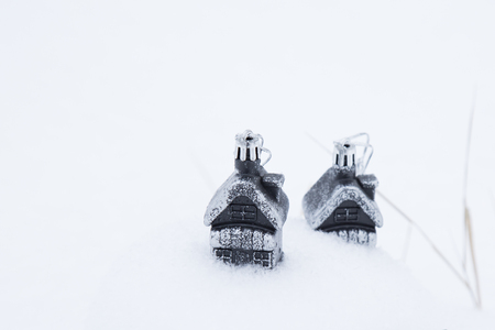 Houses sweeps snow. A strong blizzard snowballs children's toys at home in the village. Foto de archivo
