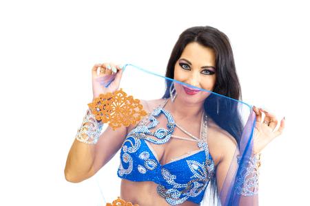 Eine junge Tänzerin in blauer Kleidung führt einen orientalischen Bauchtanz auf. Isolieren. Schönes Mädchen in der hellen nationalen Kleidung, die auf weißen Hintergrund tanzt. Standard-Bild - 96895130