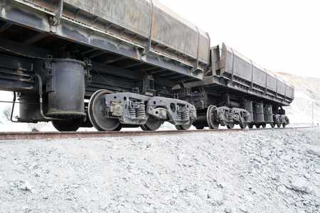 Railway car with minerals. The car is loaded with the ore on the way in the quarry. Imagens