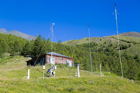 モニタリング用気象台。ロシアの高山で天気予報のための気象台。