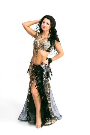 Mädchentänzer orientalischer Tanz. Isoliert. Brünette Frau